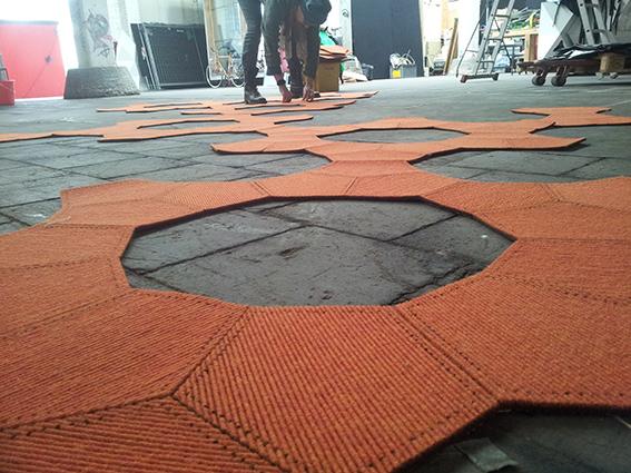 Die illustrantin Christiane Strauss beim Aufbau für tretford rug design