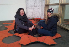 zwei Besucherinnen der Kölner Passagen-Woche testen die ruggls